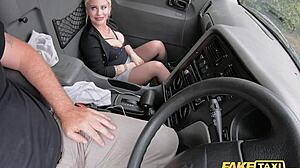 Babe met grote tieten in een taxi